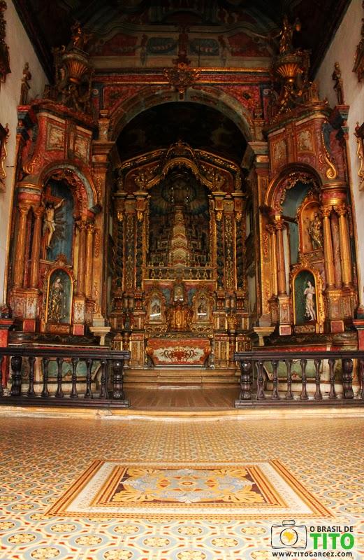 O rico interior da igreja de Nossa Senhora da Corrente em Penedo, Alagoas