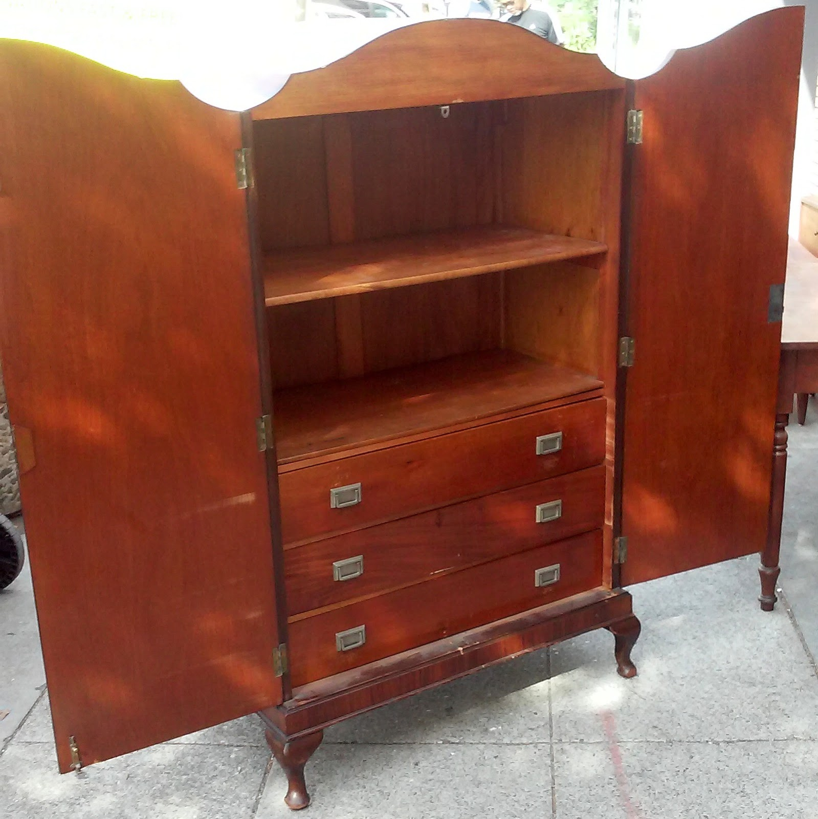 UHURU FURNITURE & COLLECTIBLES