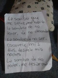 Texto escrito a mano en un trozo de papel