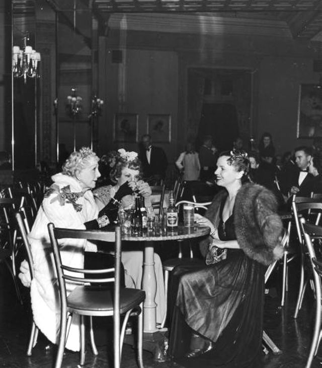 Socialite Mrs George Washington Kavanaugh L Having Drinks With Friends In The Sherry Bar During Intermission At Metropolitan Opera House