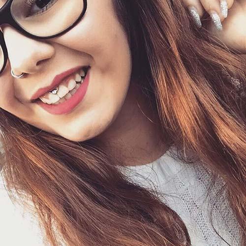 gözlüklü kız smiley piercing