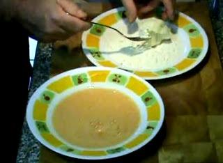 Foto de la coliflor pasando por harina y huevo