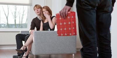 7 Alasan Wanita Tega Menduakan Kekasih