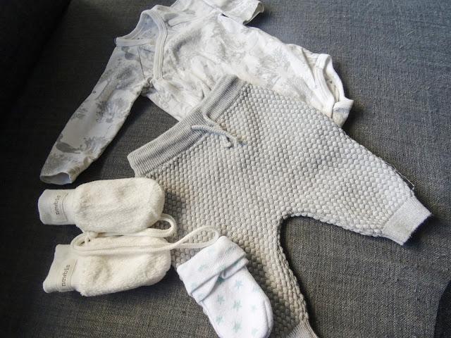vauva, vauvan kotiutumisvaatteet, neulehousut, kotivaatteet, ensimmäiset vaatteet,