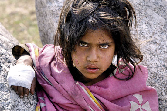 10 octobre 2005 : Pakistan : Une fillette après le tremblement de terre. © AFP / Saeed Khan.