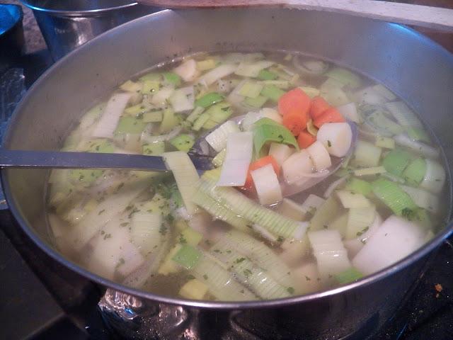 Klassisk Klar Suppe med Melboller og Grontsager