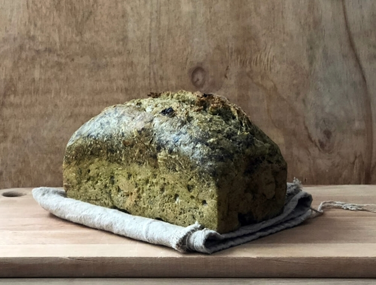 Pan de espinacas con pasas y piñones