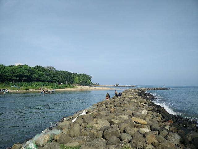 Harus menyeberang ke obyek wisata Pantai Santolo yang ada gerbangnya