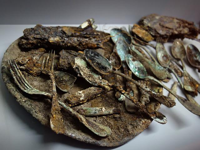 Vaisselle métallique fondue ou soudée (Métal blanc, début du 20e siècle)