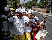 Anak-anak Ubud mengenakan udeng, kemeja putih dan kain. gambar wisataarea.com