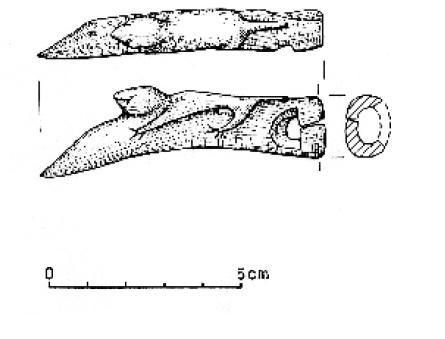 Rogowy artefakt z wykopalisk na grodzisku w Lądzie z motywem zoomorficznym - rycina