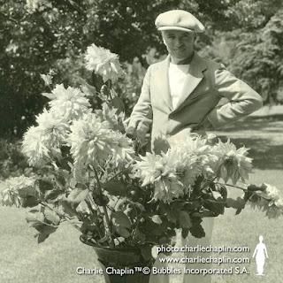 Чарли Чаплин на территории своей студии, 1934 г.