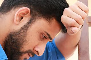 Ein trauriger junger Mann mit viel Nachdenklichkeit