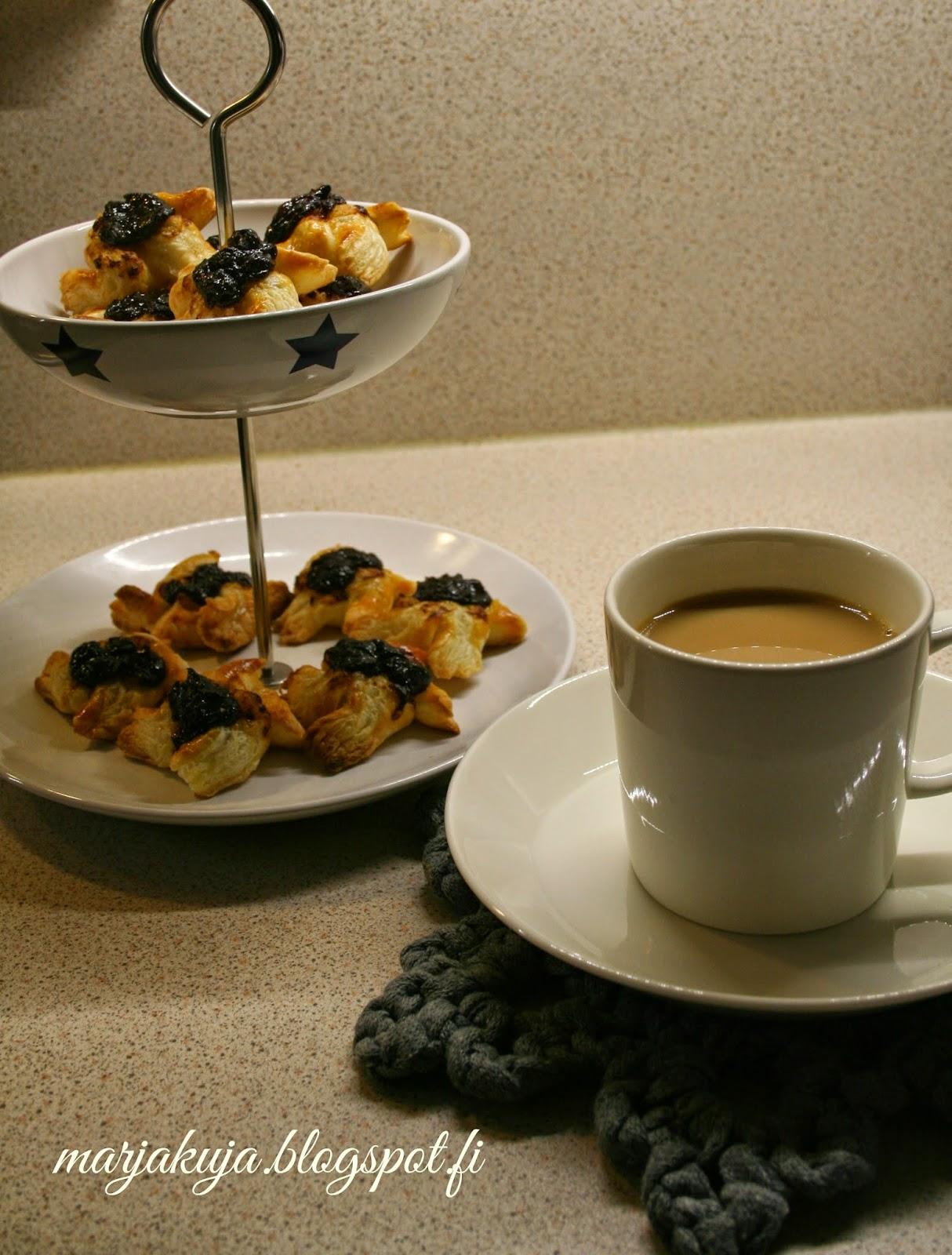 Kahvia ja joulutorttuja