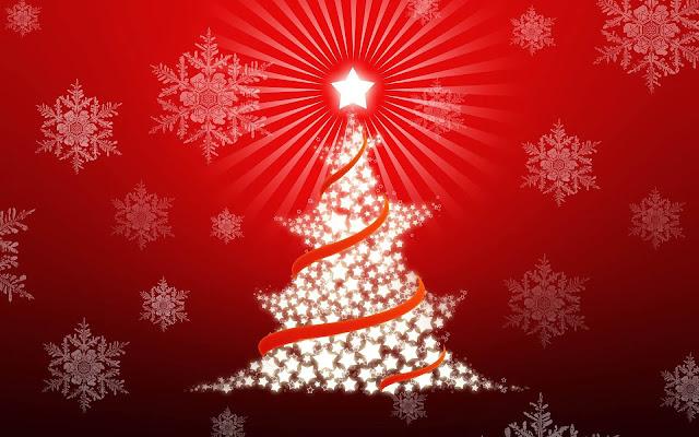 Kerstboom gemaakt van witte sterretjes en lichtjes