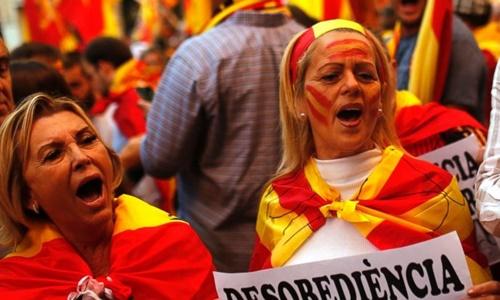 bieu-tinh-ram-ro-o-barcelona-phan-doi-catalonia-tuyen-bo-doc-lap