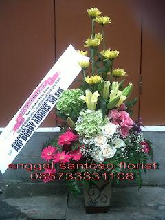 rangkaian karangan bunga meja minimalis