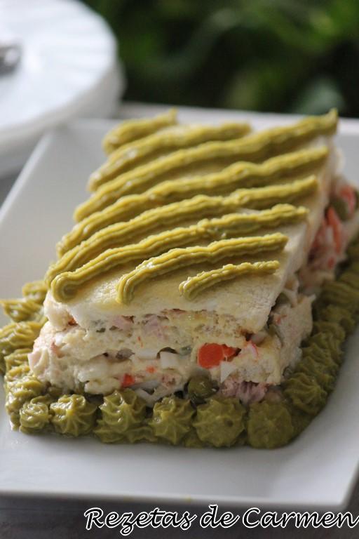 Pastel salado de ensaladilla y pan de molde