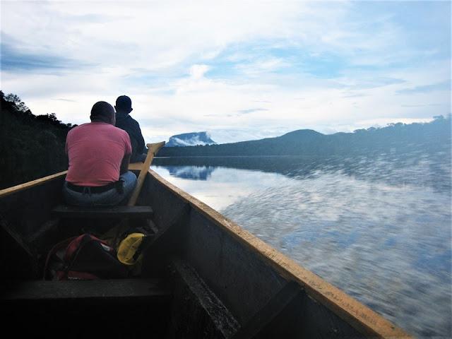 Canaima remontando el río Carrao en barca