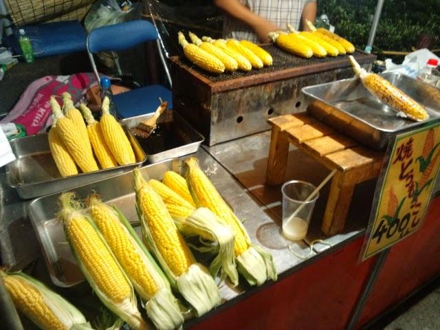 世田谷八幡宮でのお祭りでの露店。焼きとうもろこしを売っていました。