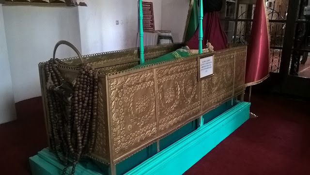 Büyük ve bakır mahfaza içindeki sanduka Abdülfettah-ı Veli Hazretlerine aittir. Yılanlı Külliyesi, Kastamonu