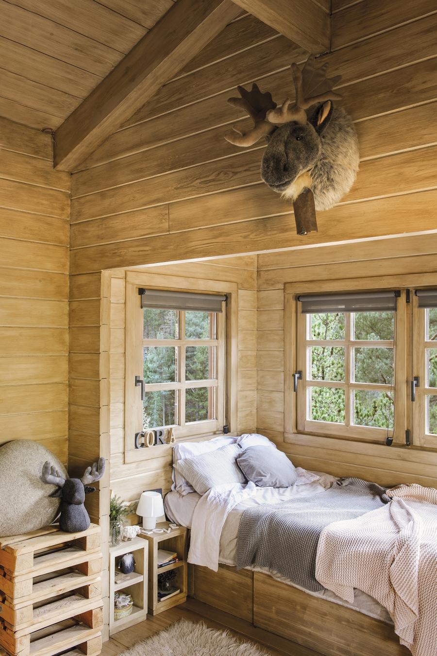 Drewniany domek w środku lasu - wystrój wnętrz, wnętrza, urządzanie mieszkania, dom, home decor, dekoracje, aranżacje, drewniany dom, drewno, eco, ekolodiczny, naturalny, cozy home, styl skandynawski, scandinavian style, otwarta przestrzeń, salon, living room, kuchnia, kitchen, jadalnia, wyspa kuchenna, łóś