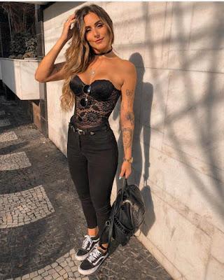 outfit negro casual con encaje y escote