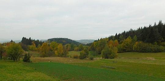 Widok w kierunku Krowiej Góry z pól osiedla Końcówka.