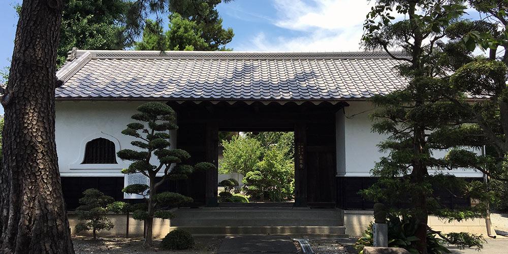 現在長泉寺山門に移設された最後の浜松藩主井上河内守正直下屋敷門(2016年6月26日撮影)