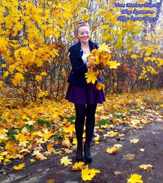 7.11.17 Beżowy sweterek, rozkoszowana śliwkowa spódnica, czarne rajstopy, lity z ćwiekami na słupku, granatowy krótki płaszcz, Skrzysko-Kamienna