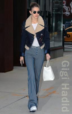 ジジ・ハディッド(Gigi Hadid)は、クルー  (Krewe)のサングラス、フェイ(Fay)のボアジャケット、トムフォード(Tom Ford)のバッグを着用。