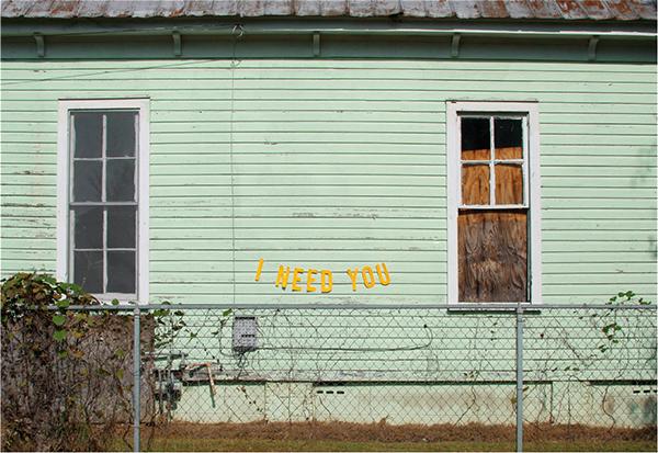 photographie artistique facade de maison vert menthe et message d'amour