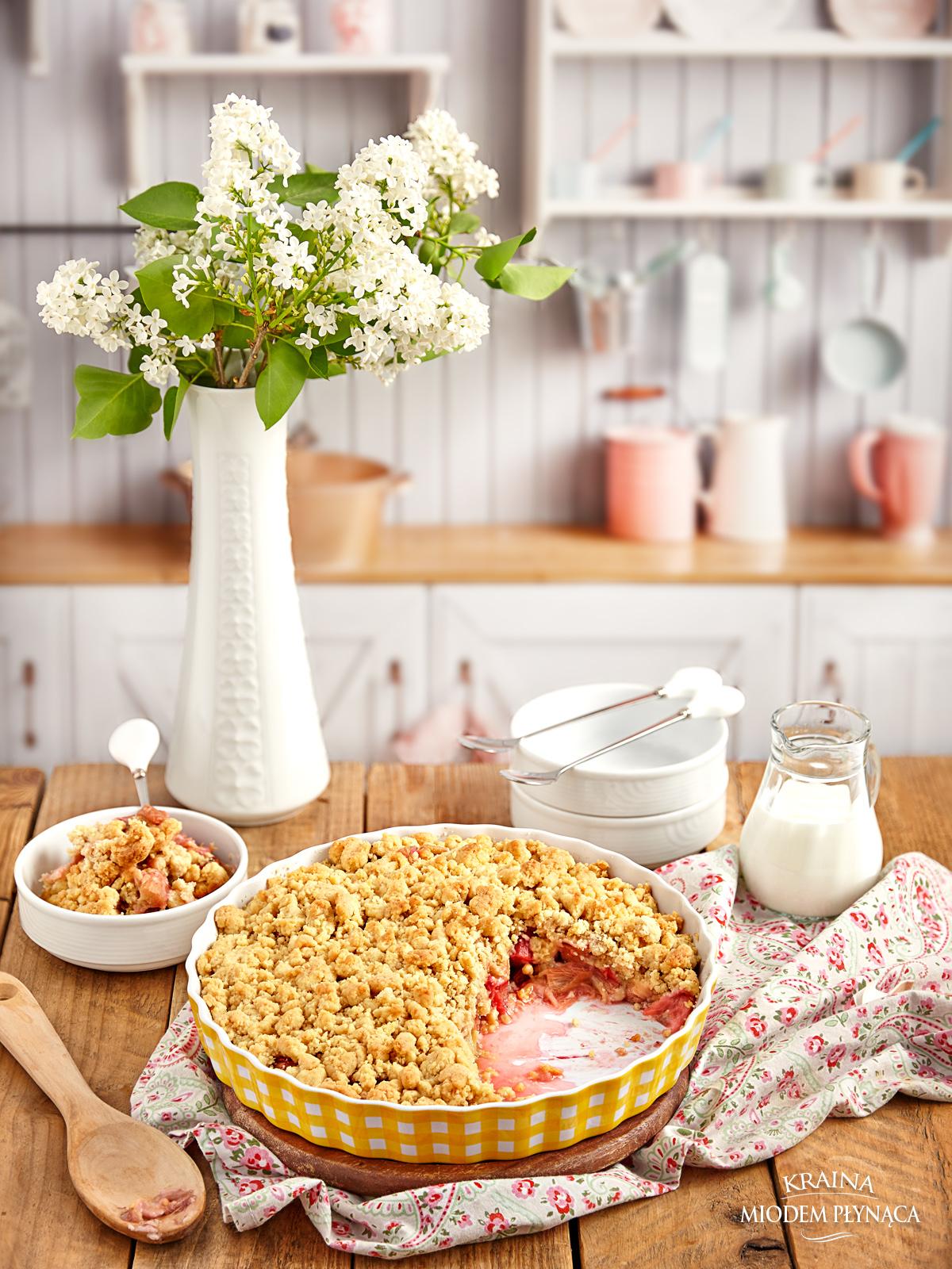 crumble z rabarbarem, crumble z owocami, rabarbar z kruszonką, rabarbar pod kruszonką, kruszonka do ciasta, kruszonka z mąki i masła, deser z rabarbarem, deser z rabarbaru, kraina miodem płynąca