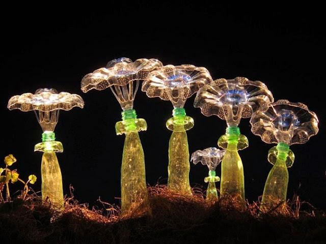 Esculturas de flores con botellas de plastico