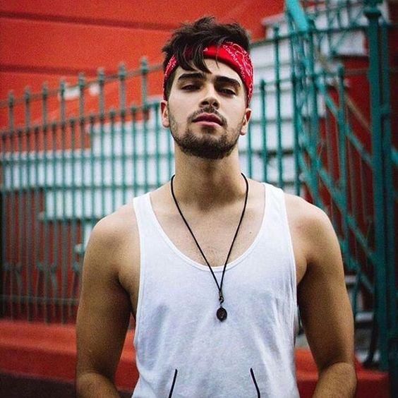 Look Masculino com Bandana Vermelha Amarrada na Cabeça