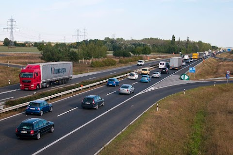 Burkolatjavítás miatt hétfő és kedd éjszaka egy sávon haladhatnak a járművek az M1-esen Győrnél