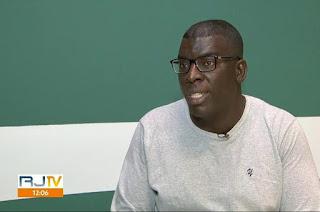 http://vnoticia.com.br/noticia/3127-professor-agredido-em-sala-de-aula-no-rj-diz-que-chegou-a-pedir-ajuda-mas-nao-teve-apoio