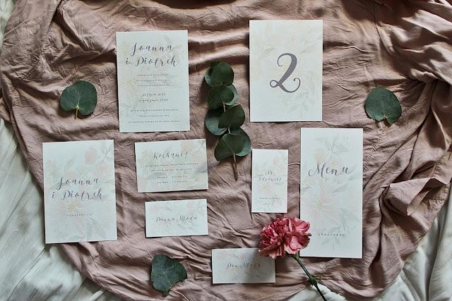 Delikatne zaproszenia ślubne oraz inne elementy papeterii z motywem kwiatowym od Love me paper.