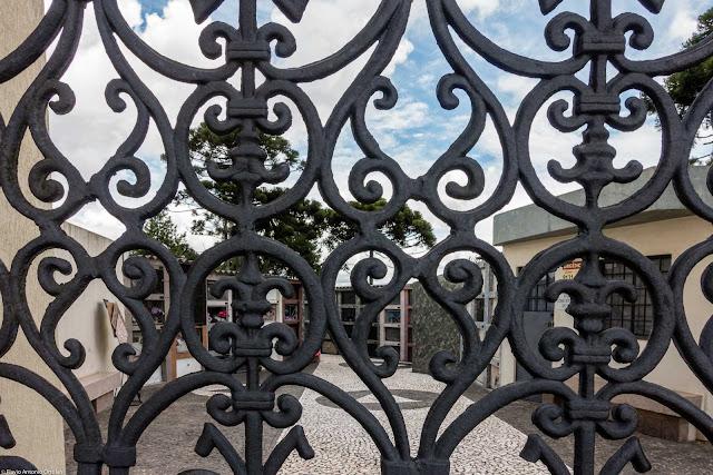 Cemitério Paroquial Santa Cândida - detalhe do portão de entrada