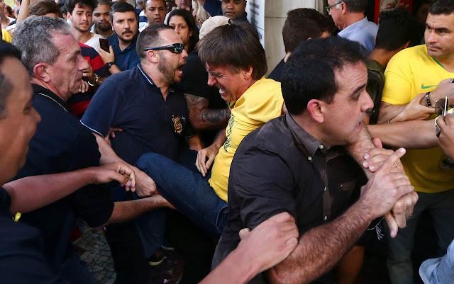 Bolsonaro é retirado às pressas por seguranças após ataque em Juiz de Fora (Foto: Fábio Motta/Estadão Conteúdo)