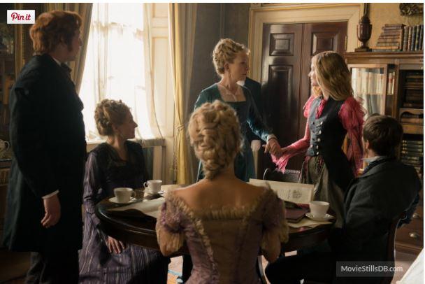 Alice em cena do filme cercado de pessoas em sua casa
