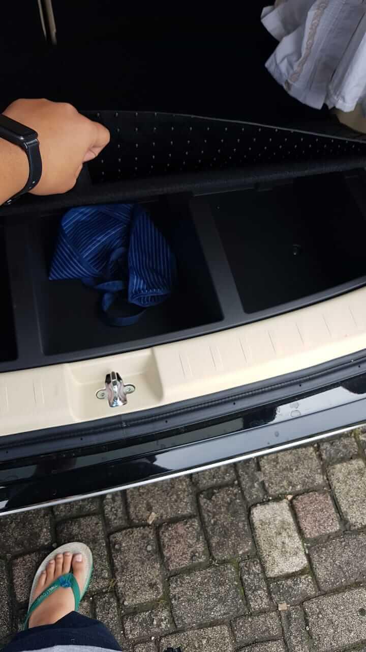 3 kontaner loker sepatu di lantai bagasi belakang Xpander Ultimate