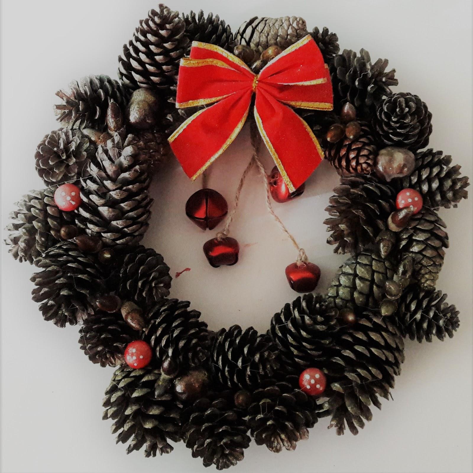 Couronne De Porte Noel Design bricolage noël : une couronne en pommes de pin - la quiche