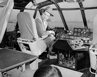 Howard Hughes a los mandos del Spruce Goose para realizar la prueba de vuelo