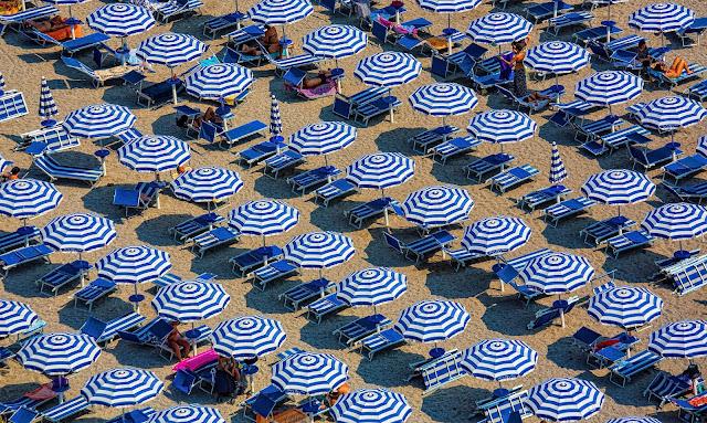 plaża leżaki parasole