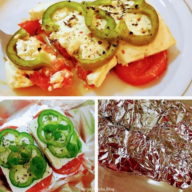 na talerzu przekąska z pomidora, fety, zielonej papryki. Zapiekanka owinięta w folię spożywczą.