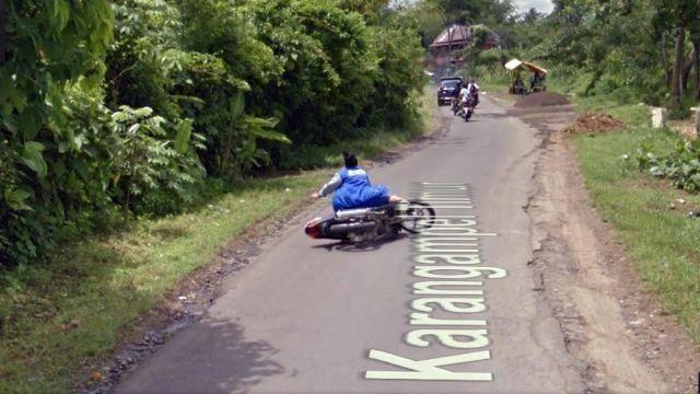 10 Momen Lucu Yang Terekam Google Street View