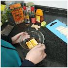 Marinando el tofu en un bol con la mezcla