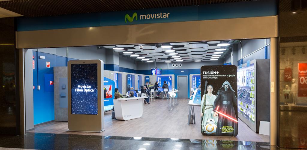 Clientes solitando gestiones en tienda Movistar