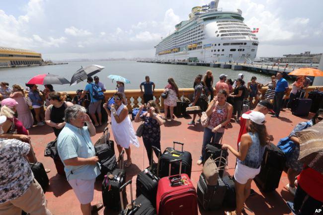 Miles de puertorriqueños hacen fila para tratar de abordar un crucero que los saque del país